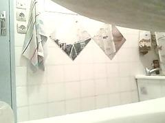 cougar dans la salle de bain